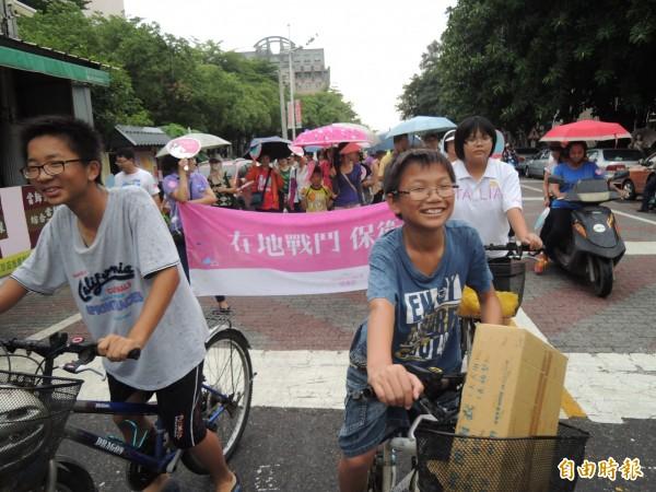 虎尾反空污大遊行,小朋友騎單車主動加入隊伍。(記者廖淑玲攝)