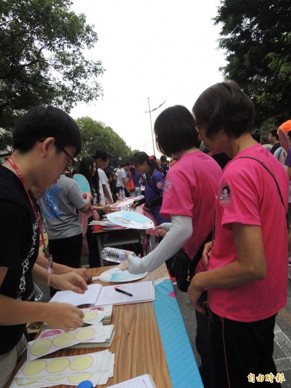 虎尾反空污大遊行,民眾加入支持環境三法連署。(記者廖淑玲攝)