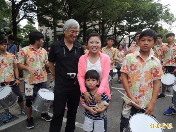 立委張嘉郡(中)帶著兒子一起上街頭反空污。(記者廖淑玲攝)