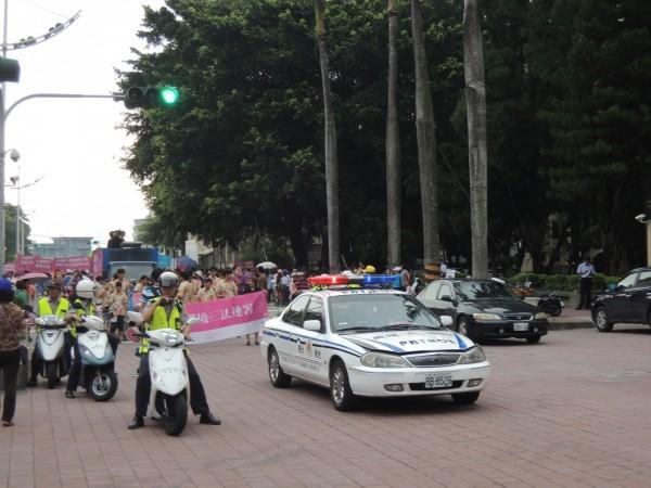 虎尾警方全程協助遊行交管,過程平和。(記者廖淑玲攝)