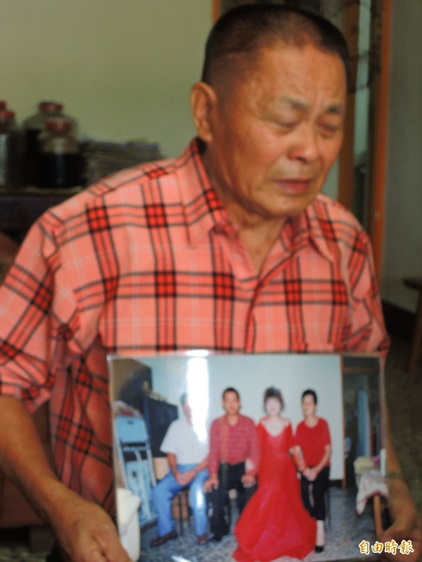 莊女的高齡80歲祖父哭求大家幫忙尋人,完成老伴臨終前遺願。(記者佟振國攝)