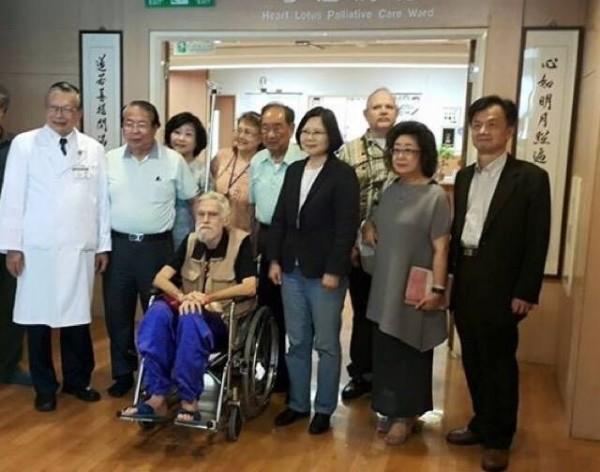 五月十六日訪美前曾到醫院探望梅心怡(取自蔡英文臉書)