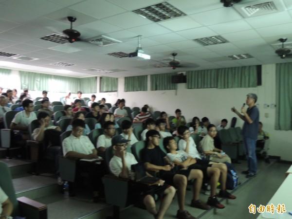 新竹高中反黑箱課綱行動小組邀請政大教授金仕起來演講,把我們的歷史還給我們,吸引不少人來聽。(記者洪美秀攝)