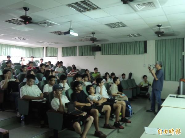 新竹高中反黑箱課綱行動小組邀請政大教授金仕起演講,把我們的歷史還給我們,吸引不少人來聽。(記者洪美秀攝)