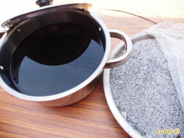 鹿野永隆部落阿美族人將黃荊燒成灰後,煮出鹼水,取代鹼粉,製作出山榴鹼粽。(記者王秀亭攝)