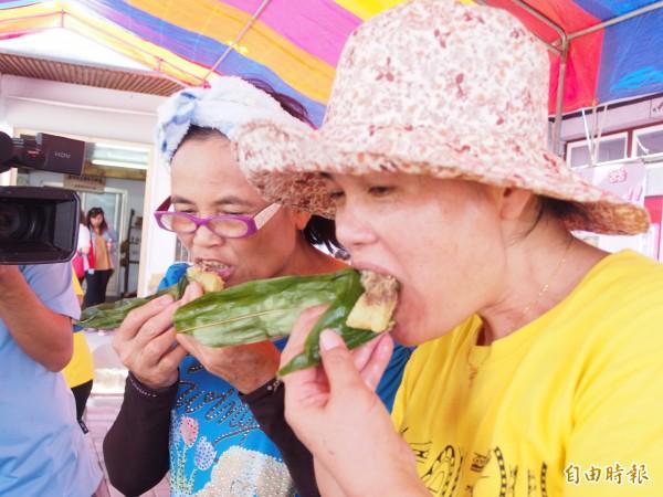 鹿野永隆部落居民試吃山榴鹼粽,直說香Q好吃。(記者王秀亭攝)