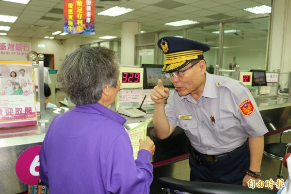 警察局長張傳忠向長輩宣導反詐騙觀念。(記者詹士弘攝)