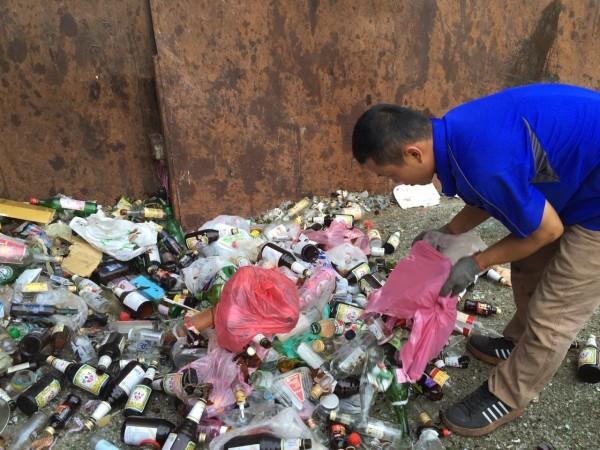 廢玻璃瓶因重量重、回收價格又低,常被民眾亂丟,其實回收利用高,可添加於磁磚、飾品和瀝青鋪路。(記者蔡淑媛翻攝)