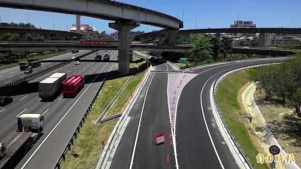國道一路鼎力路南下出口匝道完工,17日將正式通車紓解交通。(記者黃良傑攝)