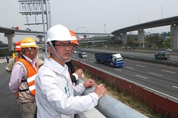 民進黨立委李昆澤(右)多次爭取並現勘國道一路鼎力路南下出口匝道。(記者黃良傑翻攝)