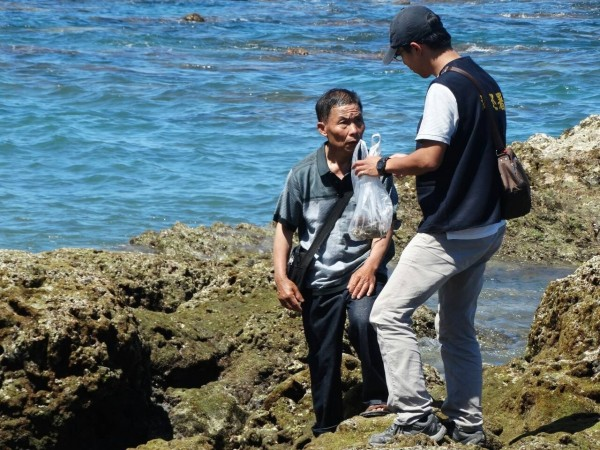 海巡人員當場逮獲偷珊瑚賊。(保育志工陳玉霖提供)