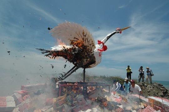 枋寮保安宮全台獨一無二送白鶴儀式,剛剛已舉辦。(屏縣府提供)