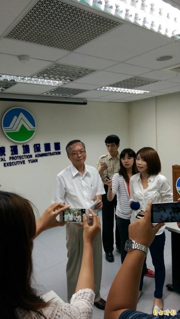 環保署由法規委員會副主委郭子哲(中)出面說明。(記者蔡穎攝)