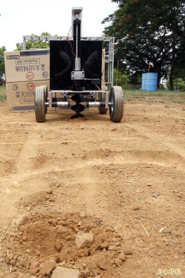 只要設定場地大小、種植間距,這台農田機器人就會自動在田間趴趴走,協助農民輕鬆耕作。(記者邱芷柔攝)
