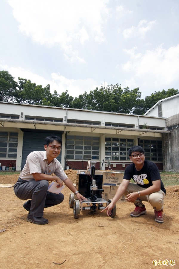 屏科大生物機電副教授張仲良(左)說帶領研究團隊歷經2年發明了小型自走挖掘機。(記者邱芷柔攝)