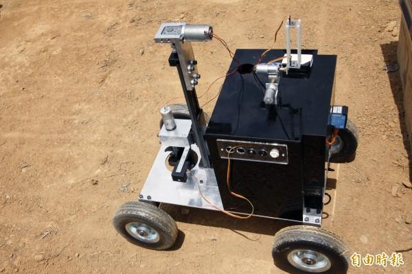 農田機器轉換不同搭載配備還能有灑水、施肥功能,未來農民只要透過手機連線,滑滑手機,就能輕鬆耕作。(記者邱芷柔攝)