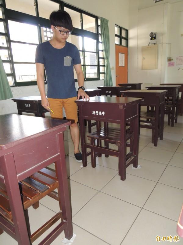 新營高中貼心的為指考考生,以紙張墊好桌椅不晃動。(記者楊金城攝)