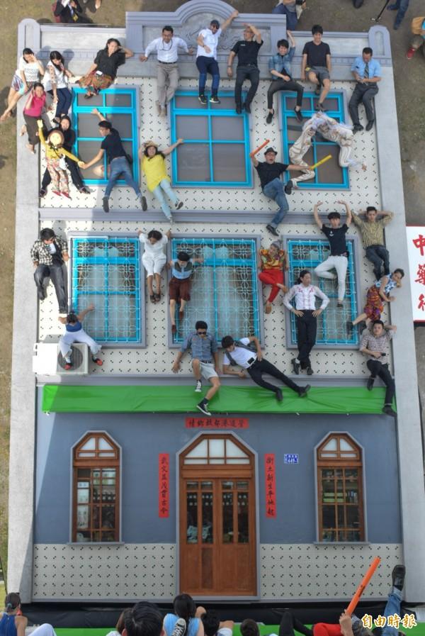 「A Hosue in Kaohsiung我家、你家」,讓民眾體驗顛倒世界。(記者陳文嬋攝)
