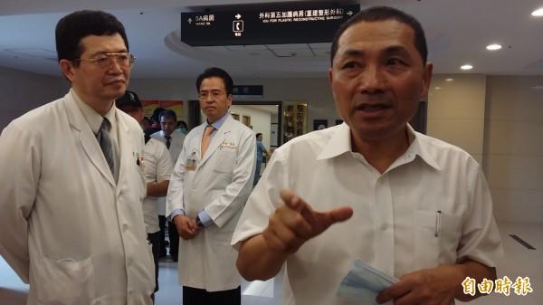 新北市副市長侯友宜(右1)赴長庚探視傷患,他強調:「會陪著家屬長期抗戰。」(記者鄭淑婷攝)