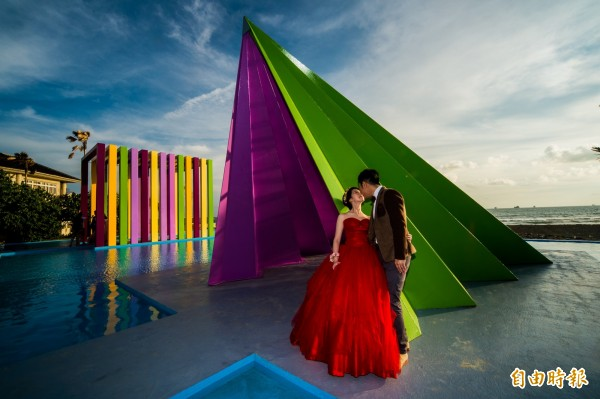 蚊子館的旗津貝殼館,如今大變身,海天一色的美景,彷彿就像是到關島拍婚紗一樣。(記者張忠義攝)