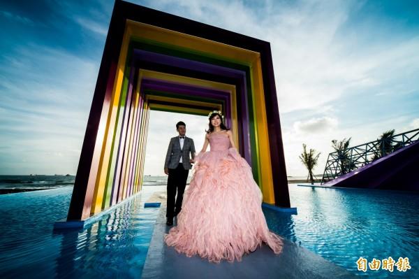 「彩虹教堂」,四周水池鋪滿水,與遠方的海灘連成一氣,海天一色的美景彷彿就像來到關島拍婚紗。(記者張忠義攝)