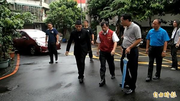 新北市消防局派出副局長陳崇岳(前排中)及大隊長程昌興(前排左)前往慰問。(記者余衡攝)