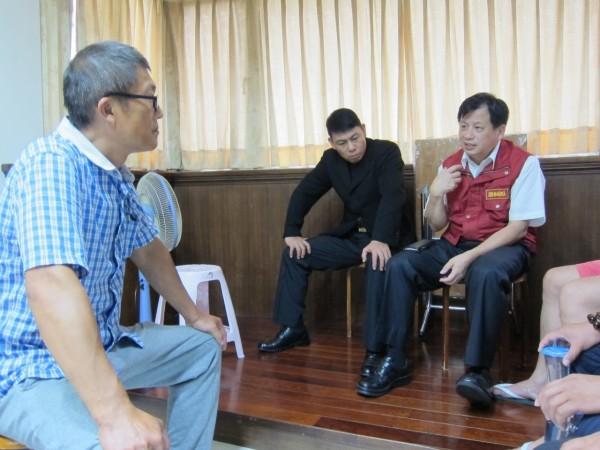 陳天順父親(左)談起愛子滿是驕傲。(記者余衡翻攝)