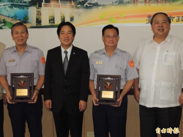 台南市長賴清德(左二)表揚將在7月16日屆齡退休的兩位市警局副局長陳太忠(左一)、洪春木(右二),局長陳子敬(右一)感傷同學先退休。(記者楊金城攝)