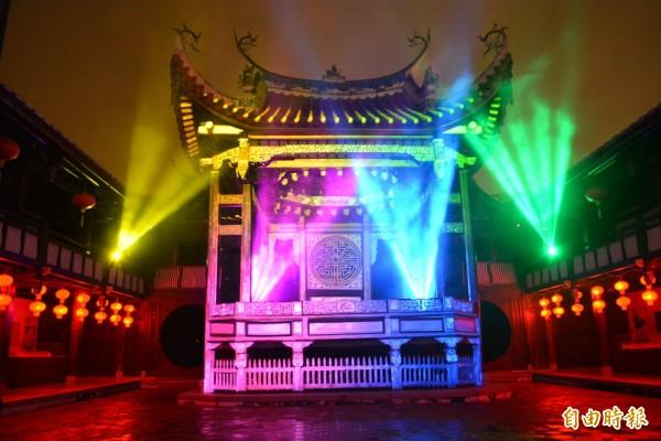 霧峰林家宮保第園區的大花廳戲臺,結合3D投影舉行光雕秀,讓古蹟展現不一樣的風貌。(記者陳建志攝)