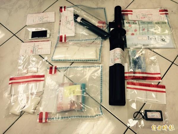 警方今天收網,在各成員住處,起出棍棒、本票及毒品K他命。(記者劉慶侯攝)