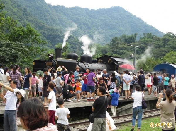 南投火車好多節每年都吸引許多遊客與火車迷到集集支線朝聖。(資料照,記者劉濱銓攝)