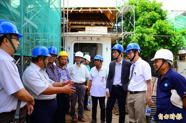 市議員郭國文(右2)邀集各界會勘,希望紀念館能儘速完工。(記者吳俊鋒攝)