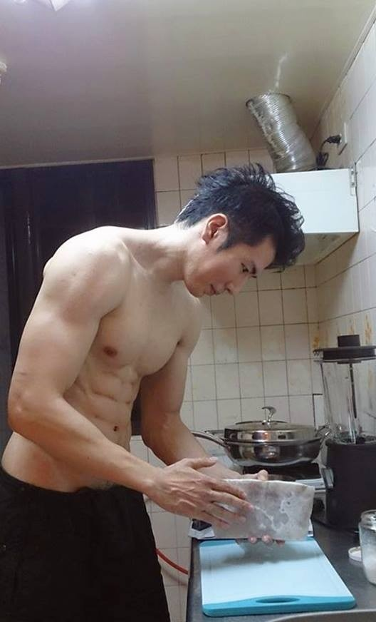 高廷宇裸體下廚,恥毛跟著見客(圖摘自臉書)