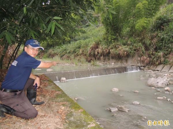 消防局竹崎分隊長張強震指出,男子溺水處有小瀑布,暗藏危機。(記者余雪蘭攝)