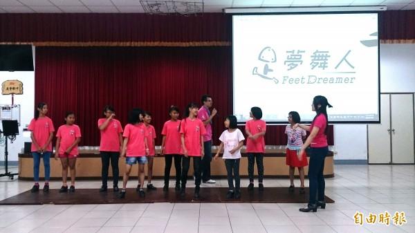 「足夢舞人」利用暑假巡迴家扶全國12個服務據點,與400位家扶兒分享踢踏舞與爵士樂的美好。(記者蘇金鳳攝)