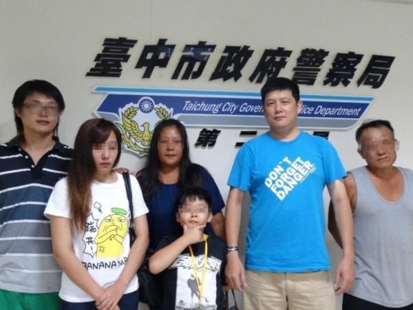 員警張慶成(右2),協助黃女一家團圓,也促成一樁姻緣。(記者林良昇翻攝)