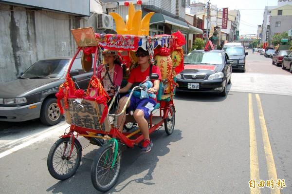 協力車當成神轎,載著媽祖到處玩,張燈結綵還敲鑼。(記者楊金城攝)