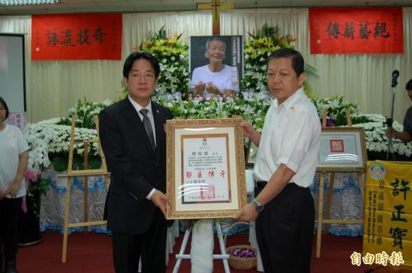 台南市長賴清德(前左)頒發卓越市民表揚狀,感念廖枝德一生對傳承傳統大木作技藝的貢獻。(記者楊金城攝)