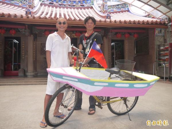 泰國藝術家Jiandyin與頭城鐵工廠老闆徐宏達合作完成七艘行動古船。(記者簡惠茹攝)