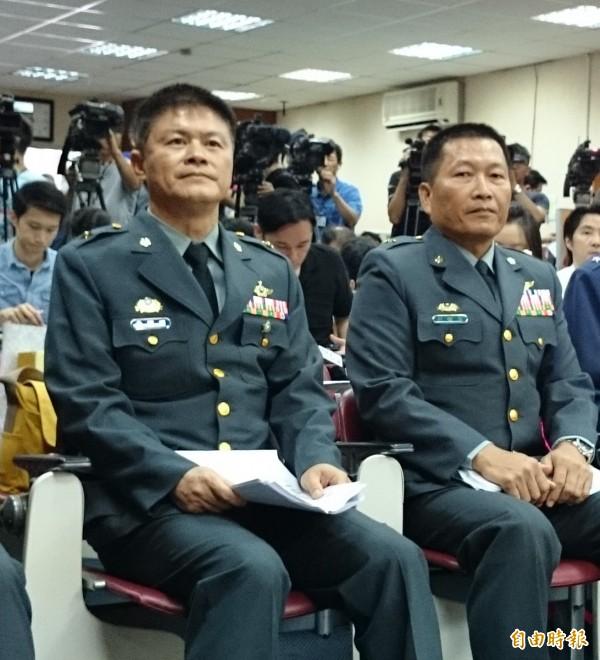 黃國明少將(左一)真除航特部指揮官,將在明年元旦晉升為陸軍中將。右為前指揮官陳健財。(記者羅添斌攝)