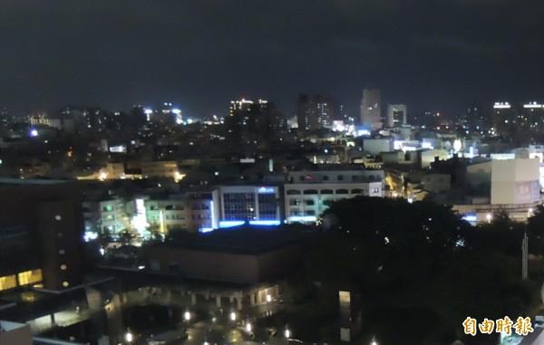 台南明天可能有豪雨,南市災害防救應變中心今(18)晚9點成立豪雨災害3級開設 。(記者蔡文居攝)