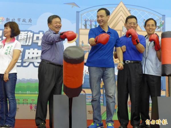 新北市長朱立倫(右三)出席新五泰國民運動中心啟用試營運典禮。(記者李雅雯攝)