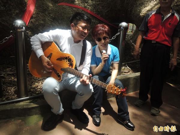 洪秀柱(右)與陳宏銘作在大樟樹下合唱《台灣是咱的名》。(記者張軒哲攝)