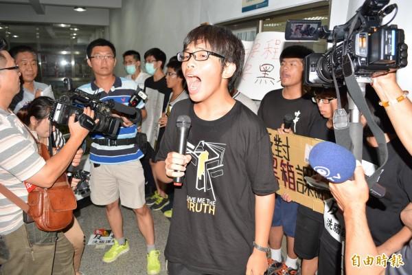 學生大聲疾呼退回課綱,不要讓台灣歷史變成台灣漢人史,也有學生在會場反嗆官員,課網不退,國民黨總統選舉輸得慘兮兮。(記者張聰秋攝)