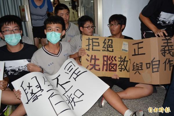學生和教育部官員場外正面對決,學生靜坐堵住門口。(記者張聰秋攝)
