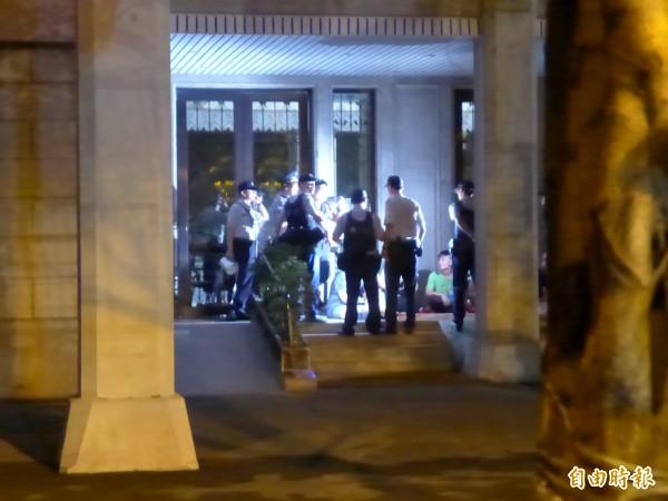 闖入教育部的學生與警方對峙。(記者王冠仁攝)