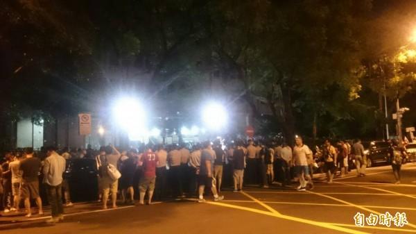 學生與警方在教育部徐州路大門僵持。(記者王冠仁攝)