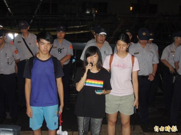 反課綱學生凌晨在教育部前發表聲明,要教育部長出面。(記者黃立翔攝)