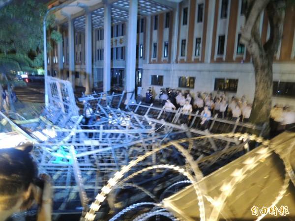 警方帶走衝教育部學生後,教育部內仍維持優勢警力還有霹靂小組坐鎮。(記者黃立翔攝)