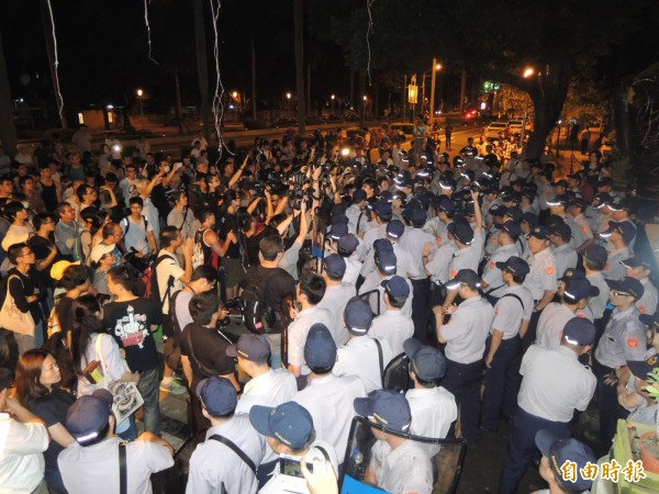 聲援學生凌晨仍群聚在教育部外,並與維安警力爆發嚴重推擠。(記者黃立翔攝)